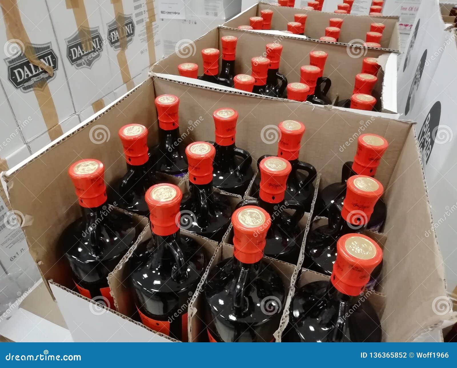 ΡΩΣΙΑ, URAL - ΤΟ ΔΕΚΈΜΒΡΙΟ ΤΟΥ 2018, μπουκάλια γυαλιού, διάφορα μπουκάλια σε ένα κιβώτιο, πώληση εκκαθάρισης, closeout, πώληση συ
