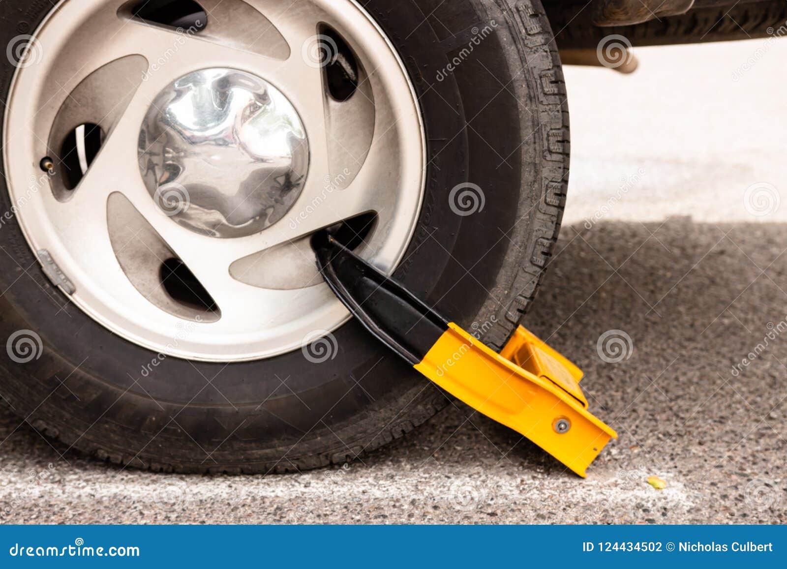 Ρόδα αυτοκινήτων με την κίτρινη μπότα