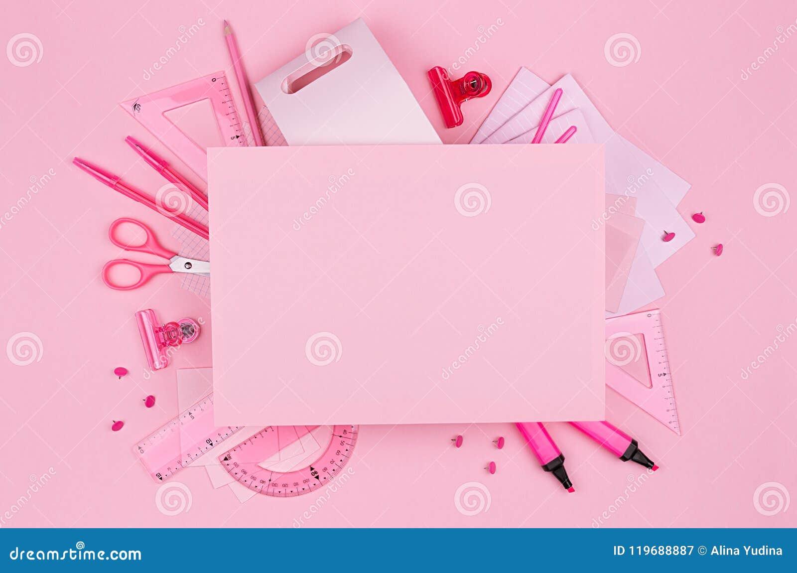 Ρόδινα έγγραφο και χαρτικά γραφείων χρώματος κρητιδογραφιών κενά που τίθενται στο ρόδινο υπόβαθρο, τέχνη έννοιας για τη διαφήμιση