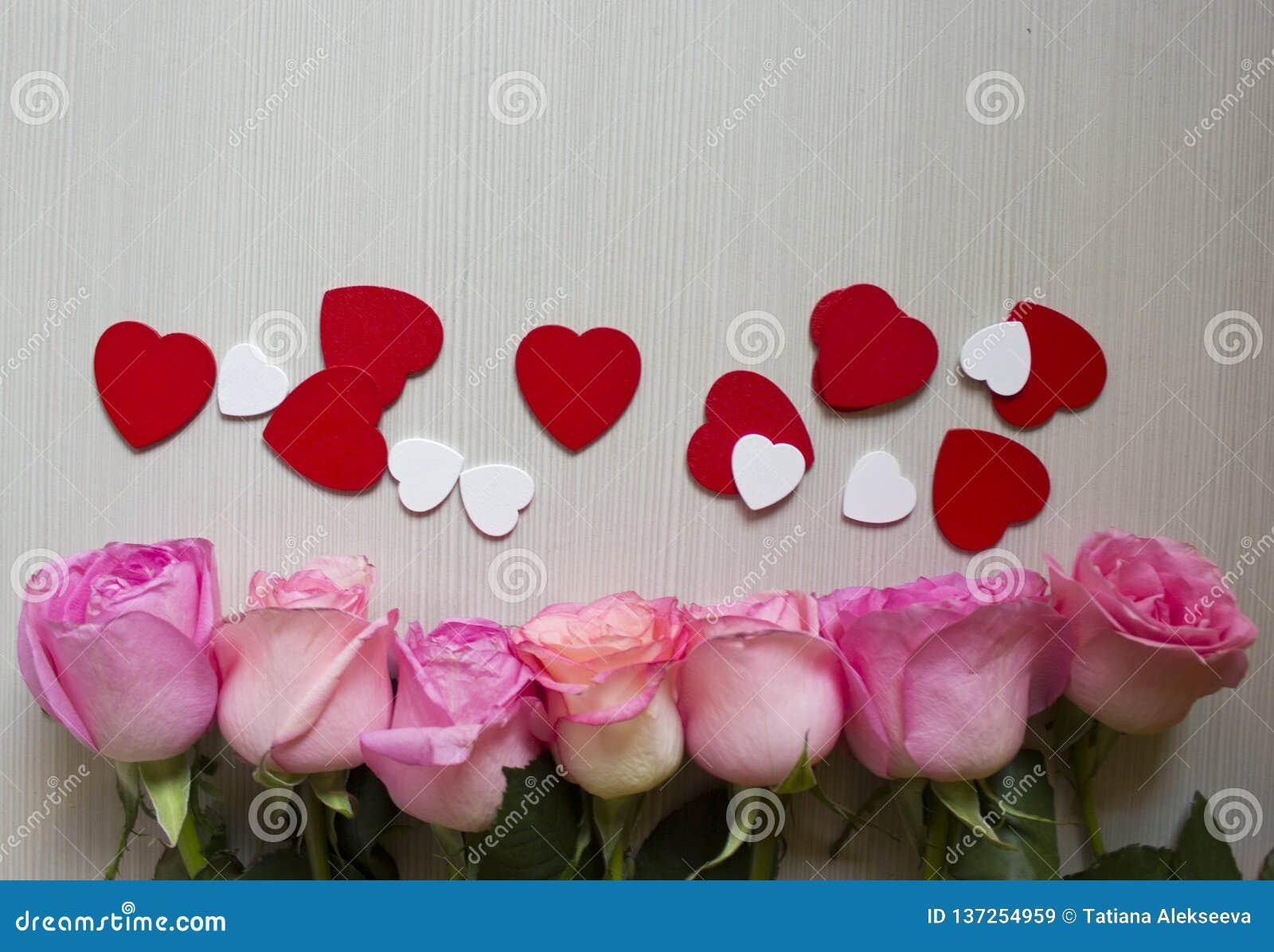Ρόδινα τριαντάφυλλα, κόκκινες και άσπρες καρδιές πέρα από το ξύλινο υπόβαθρο Ανασκόπηση ημέρας βαλεντίνων