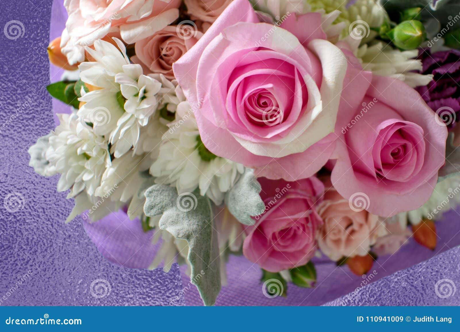 Ρόδινα τριαντάφυλλα στο κέντρο της όμορφης ανθοδέσμης των λουλουδιών
