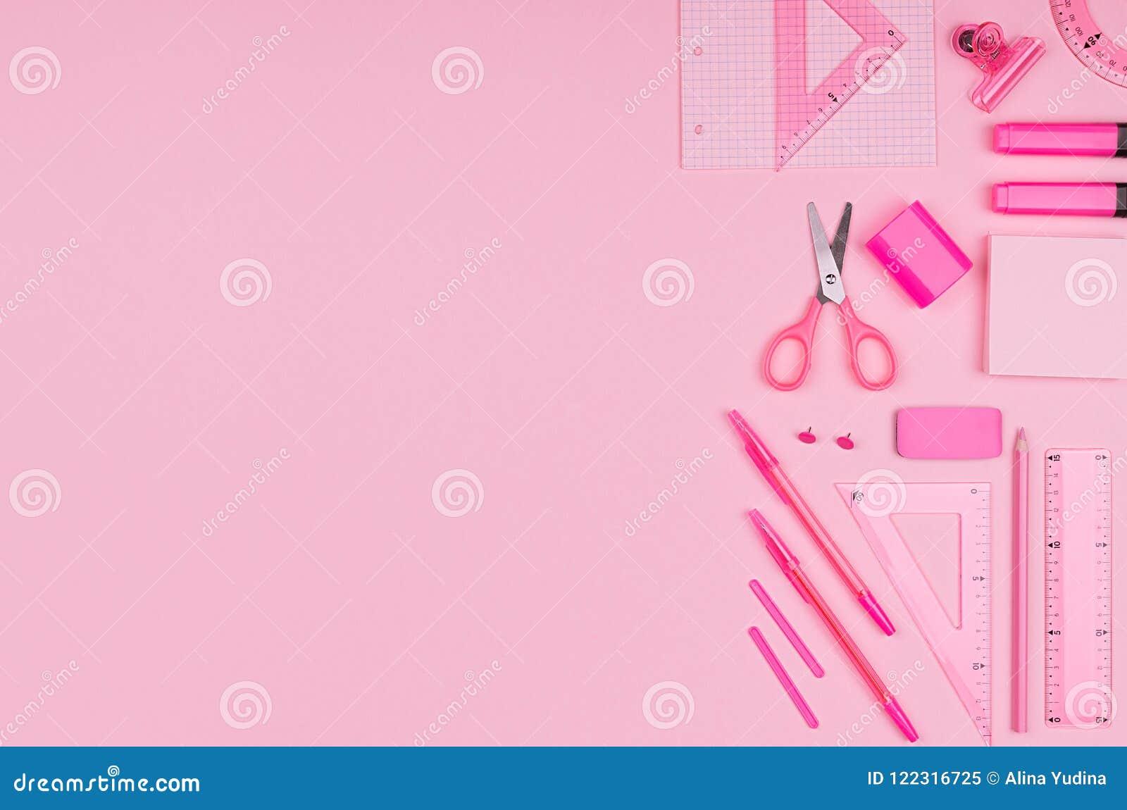 Ρόδινα χαρτικά γραφείων χρώματος κρητιδογραφιών που τίθενται στο ρόδινο υπόβαθρο, τέχνη έννοιας για τη διαφήμιση, επιχείρηση, σχέ