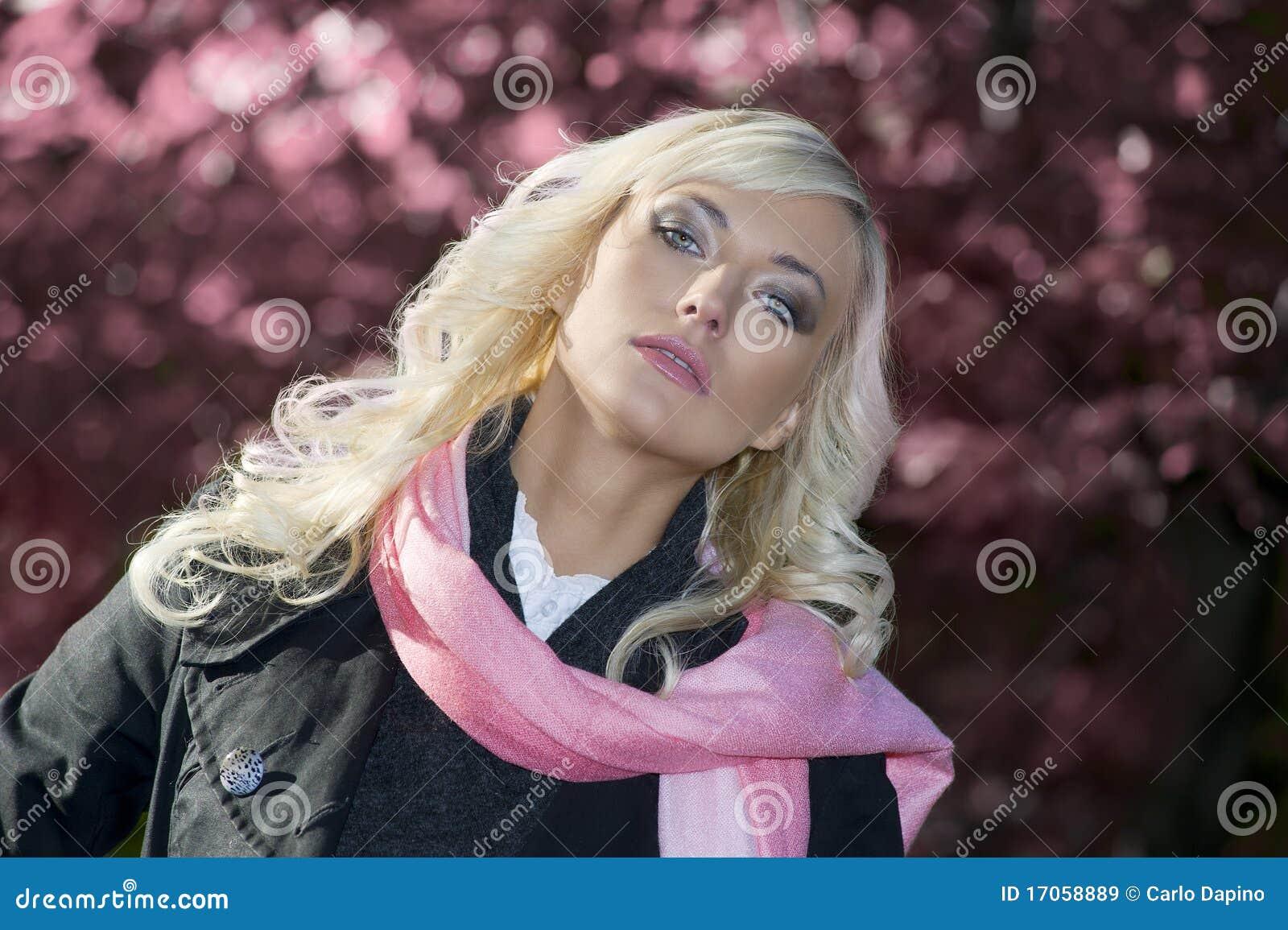 ρόδινη γυναίκα πορτρέτου