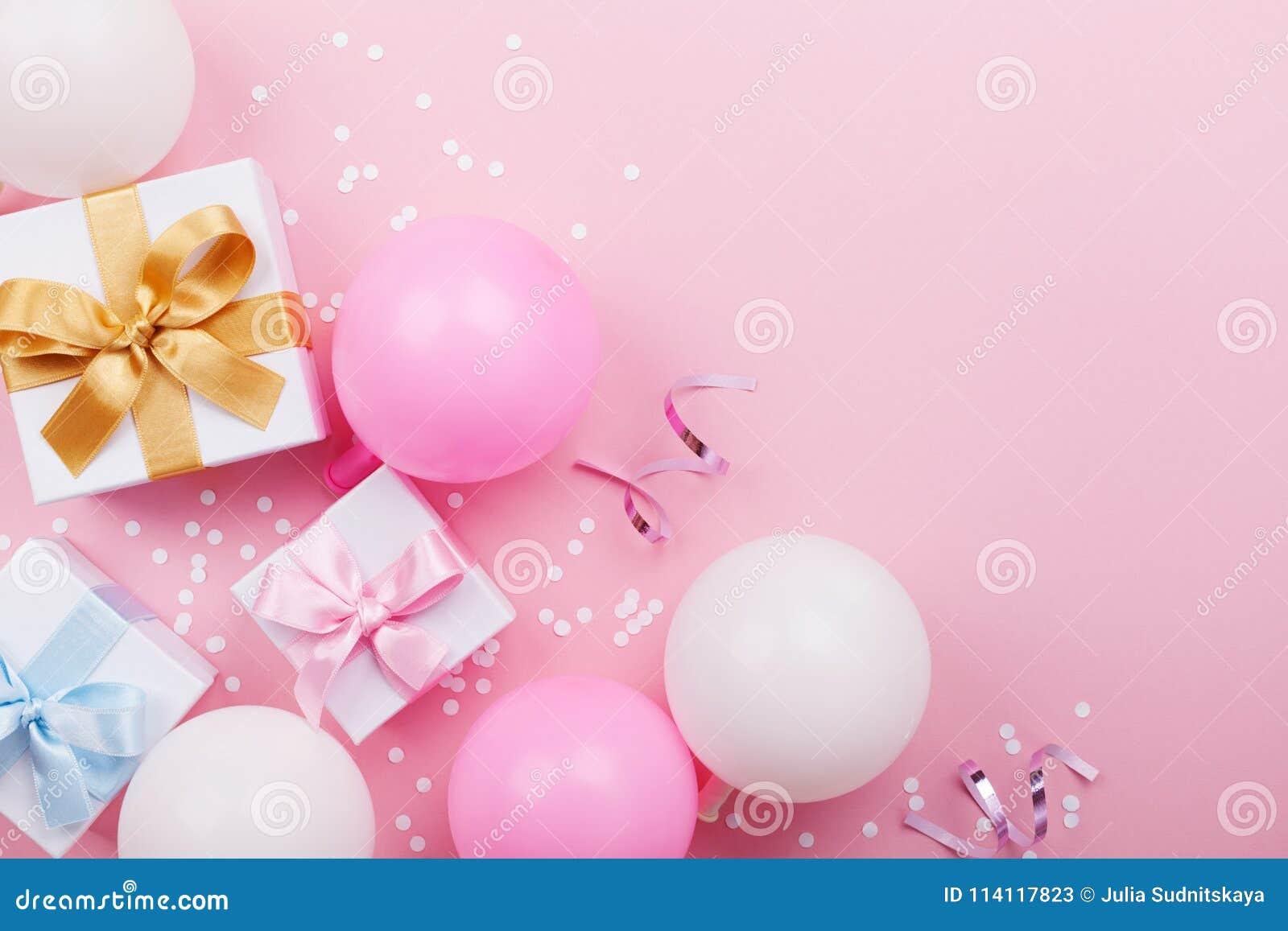Ρόδινος πίνακας με τα μπαλόνια, το δώρο ή το παρόν κιβώτιο και τη τοπ άποψη κομφετί Επίπεδος βάλτε Σύνθεση για το θέμα γενεθλίων