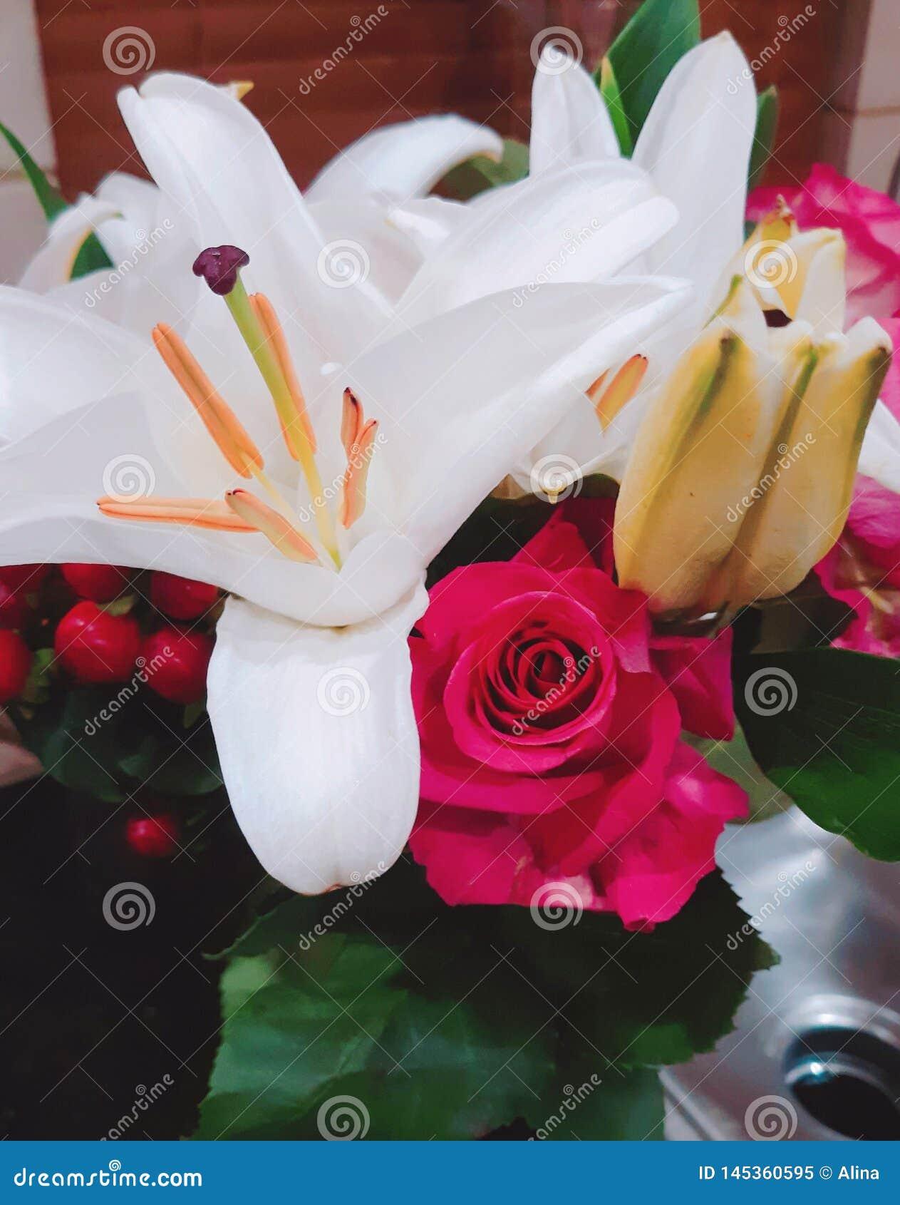Ρόδινο boucket λουλουδιών κρίνων τριαντάφυλλων