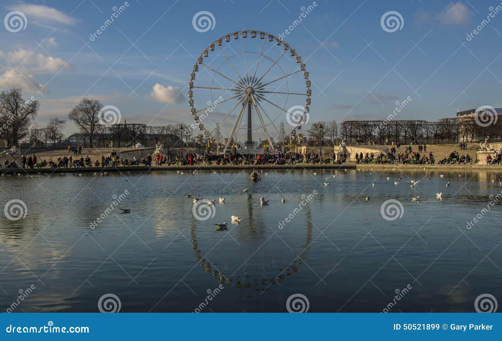Ρόδα του Παρισιού Ferris που απεικονίζεται σε μια λίμνη