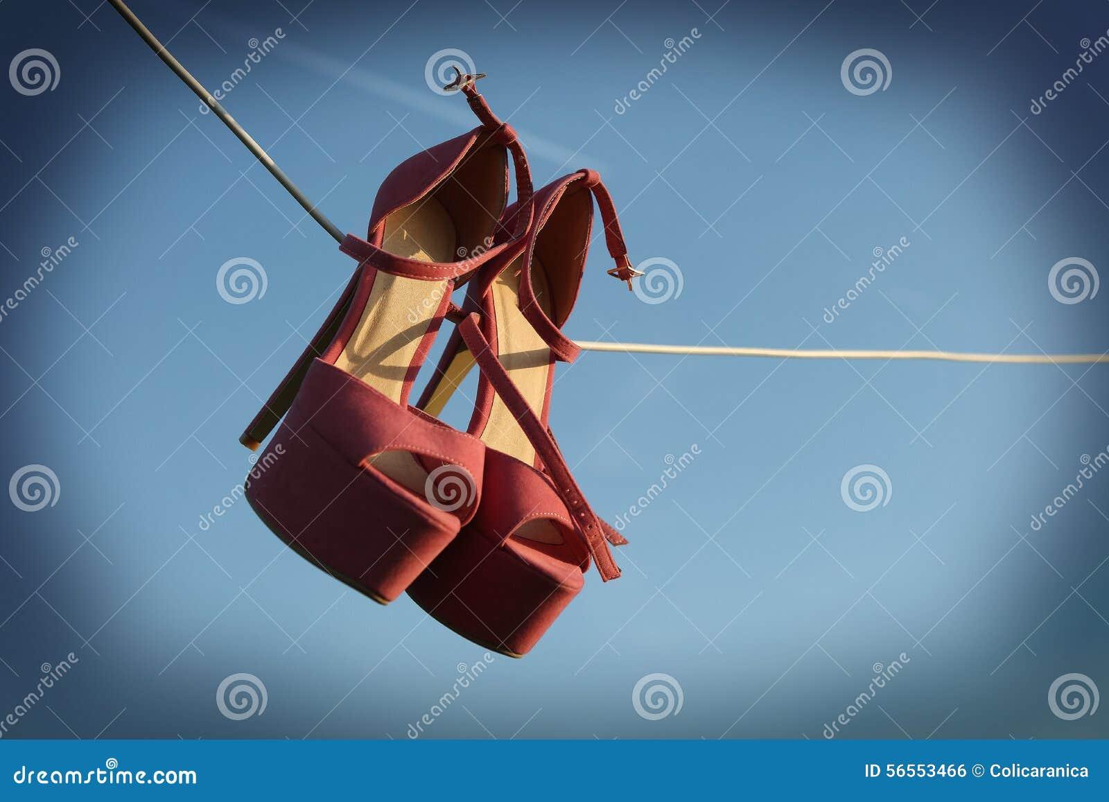 Download Ρόδινα τακούνια σε ένα καλώδιο Στοκ Εικόνες - εικόνα από πλύσιμο, υπαίθριος: 56553466
