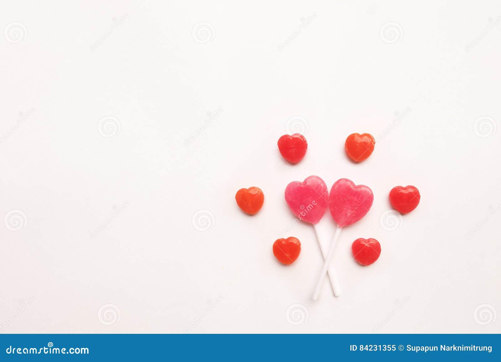 Ρόδινη μικρή κόκκινη καραμέλα μορφής καρδιών ημέρας βαλεντίνων ` s lollipop στο χαριτωμένο σχέδιο στο κενό υπόβαθρο της Λευκής Βί