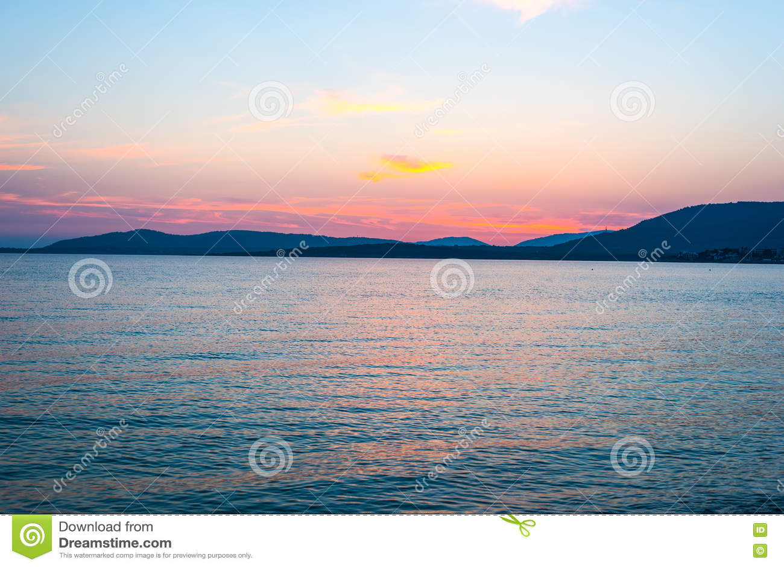 Ρόδινος και πορτοκαλής ουρανός πέρα από Alghero