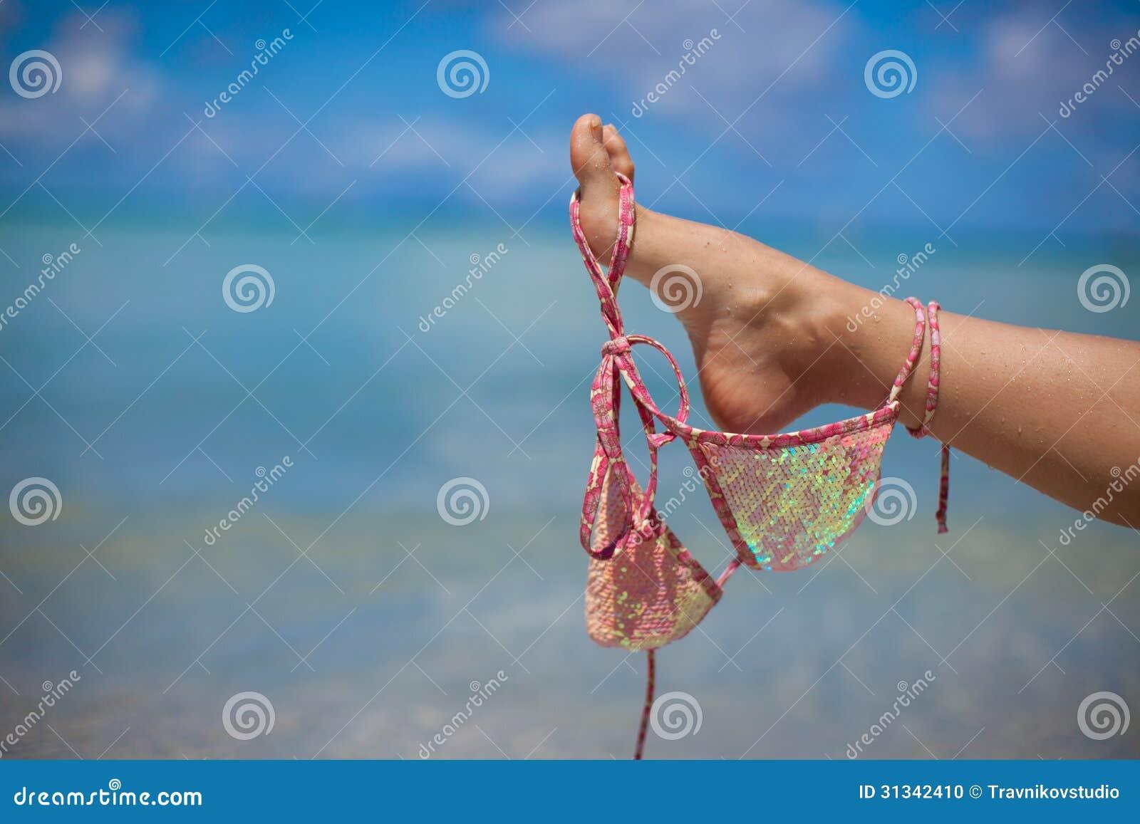 Ρόδινος στηθόδεσμος λαβής ποδιών γυναικών που απομονώνεται σε εξωτικό