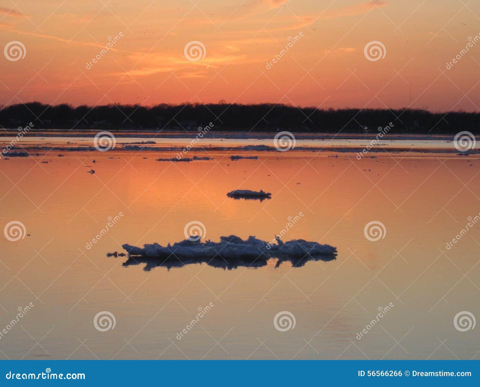 Download Ρόδινο χειμερινό ηλιοβασίλεμα ουρανού πέρα από το νησί Μίτσιγκαν Grosse Στοκ Εικόνες - εικόνα από χειμώνας, waterway: 56566266
