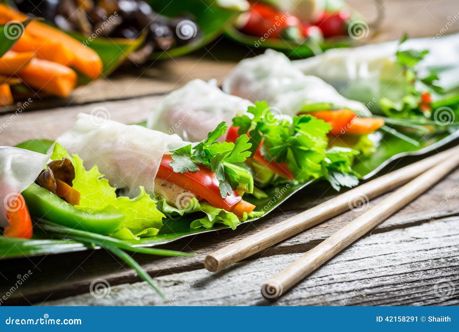Ρόλοι άνοιξη με τα λαχανικά και το κοτόπουλο