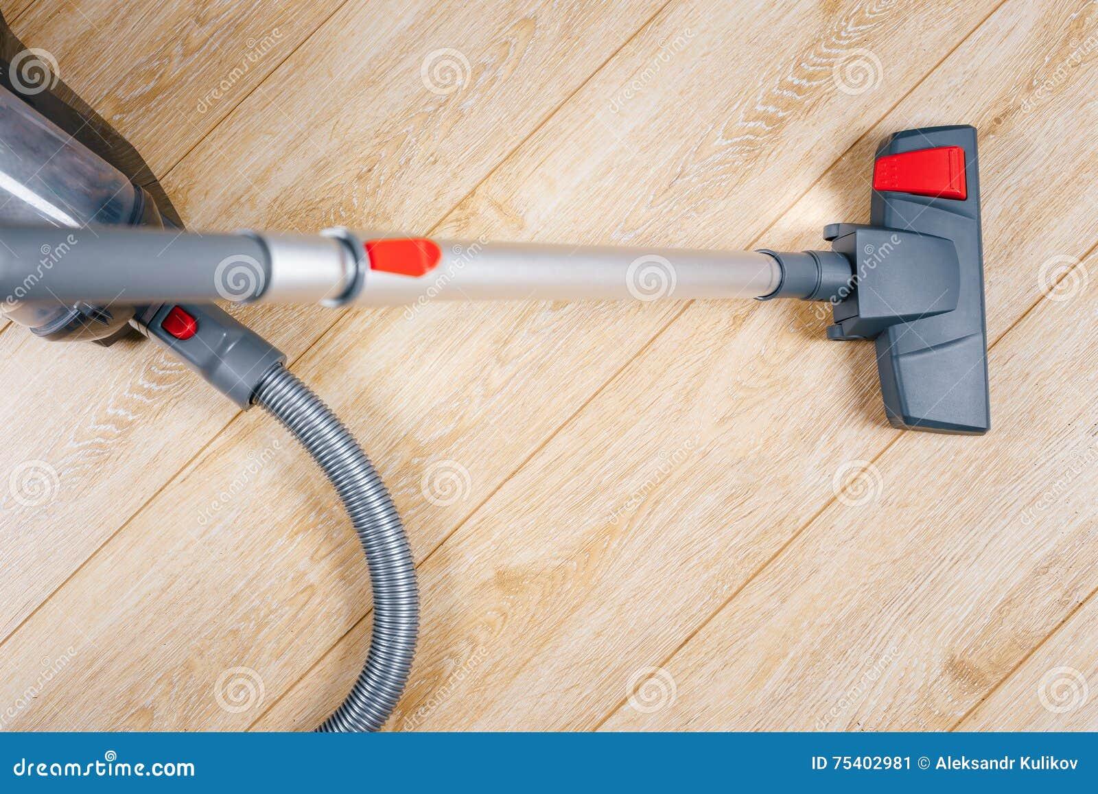 Ρύπος σκουπίσματος με ηλεκτρική σκούπα από το πάτωμα