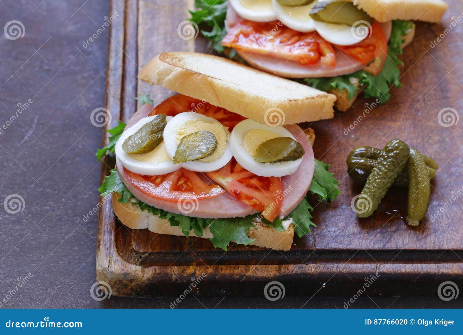 Σάντουιτς με το ζαμπόν, ντομάτα, αυγό