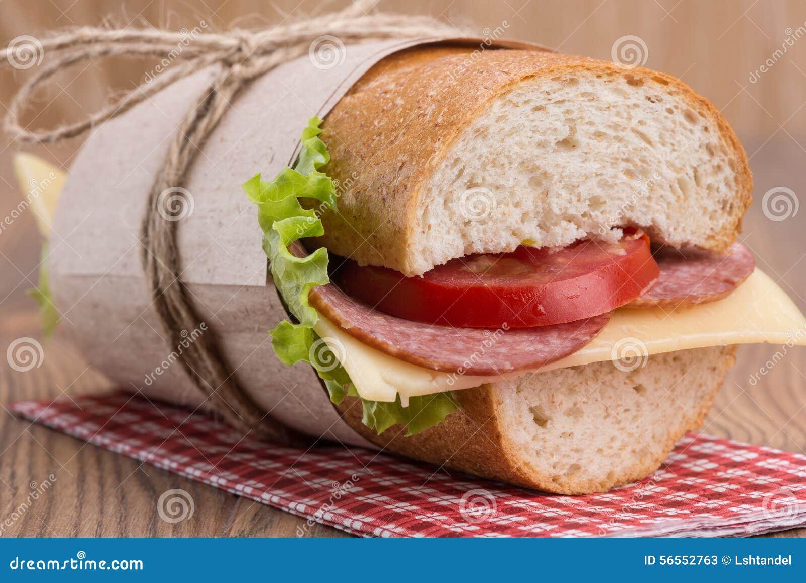 Download Σάντουιτς με το τυρί και το λουκάνικο Στοκ Εικόνα - εικόνα από μαρούλι, lunch: 56552763