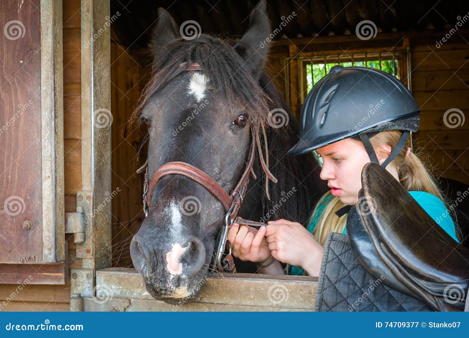 Σέλα κοριτσιών ένα άλογο