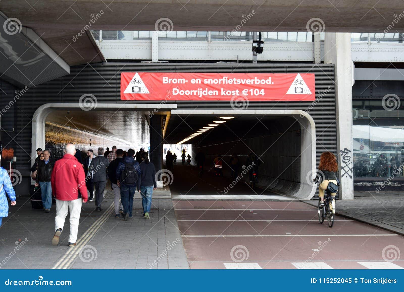 Σήραγγα τον κεντρικό σταθμό του Άμστερνταμ, που αφιερώνεται κάτω από για τα ποδήλατα και pedestraians