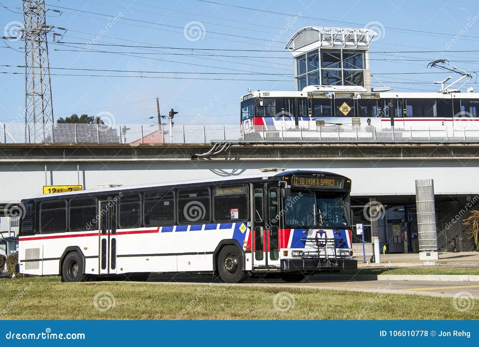 Σαιντ Λούις, Μισσούρι, Ηνωμένες Πολιτείες - circa 2016 - επιβατική αμαξοστοιχία κατόχων διαρκούς εισιτήριου Metrolink στο σταθμό