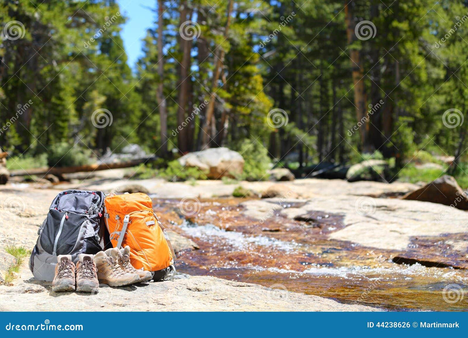 dcbbba19c8 Σακίδια πλάτης πεζοπορίας και παπούτσια οδοιπόρων - έννοια πεζοπορώ ...
