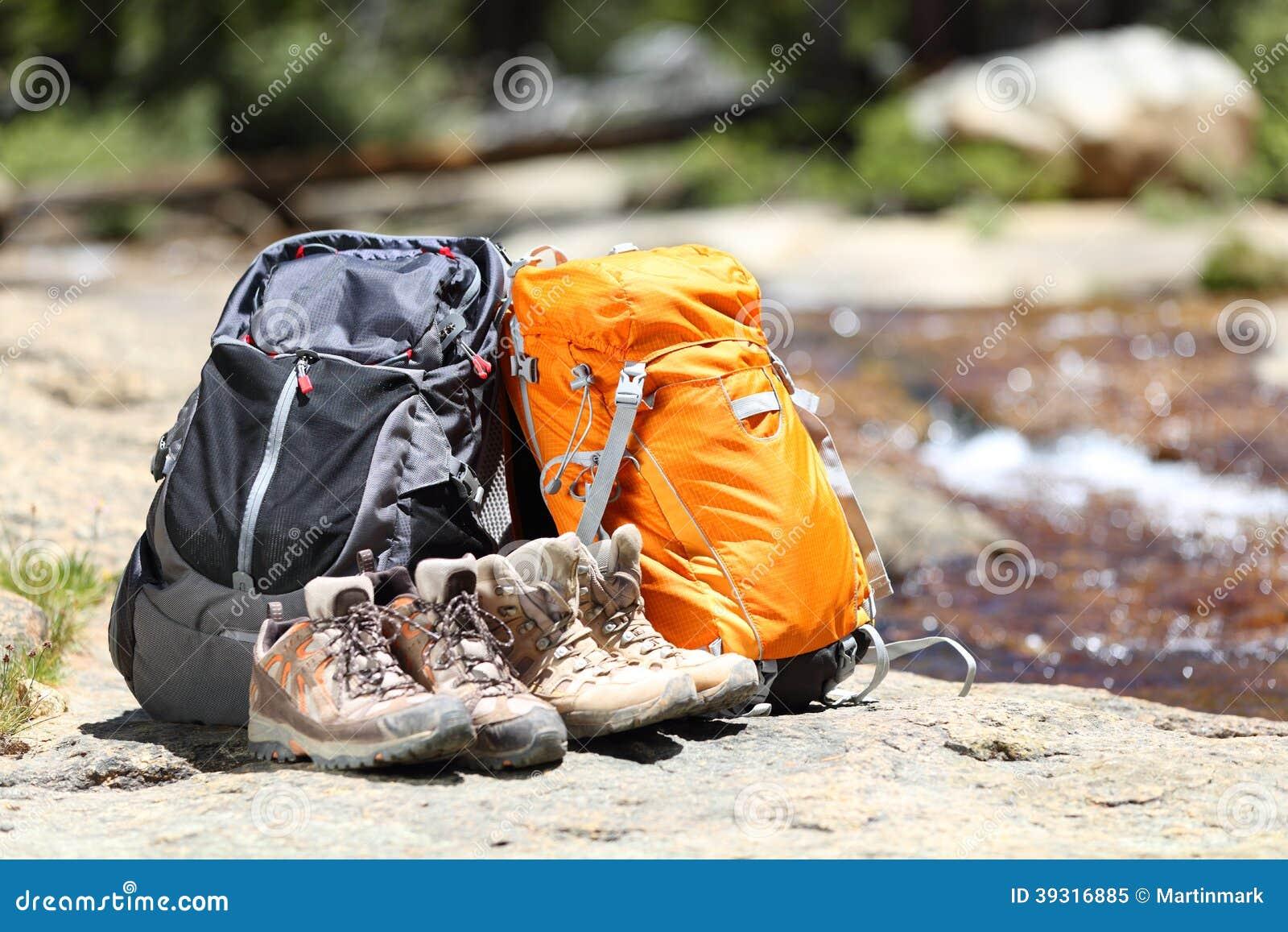 c8a42026dc Σακίδια πλάτης πεζοπορίας και παπούτσια οδοιπόρων Στοκ Εικόνα ...