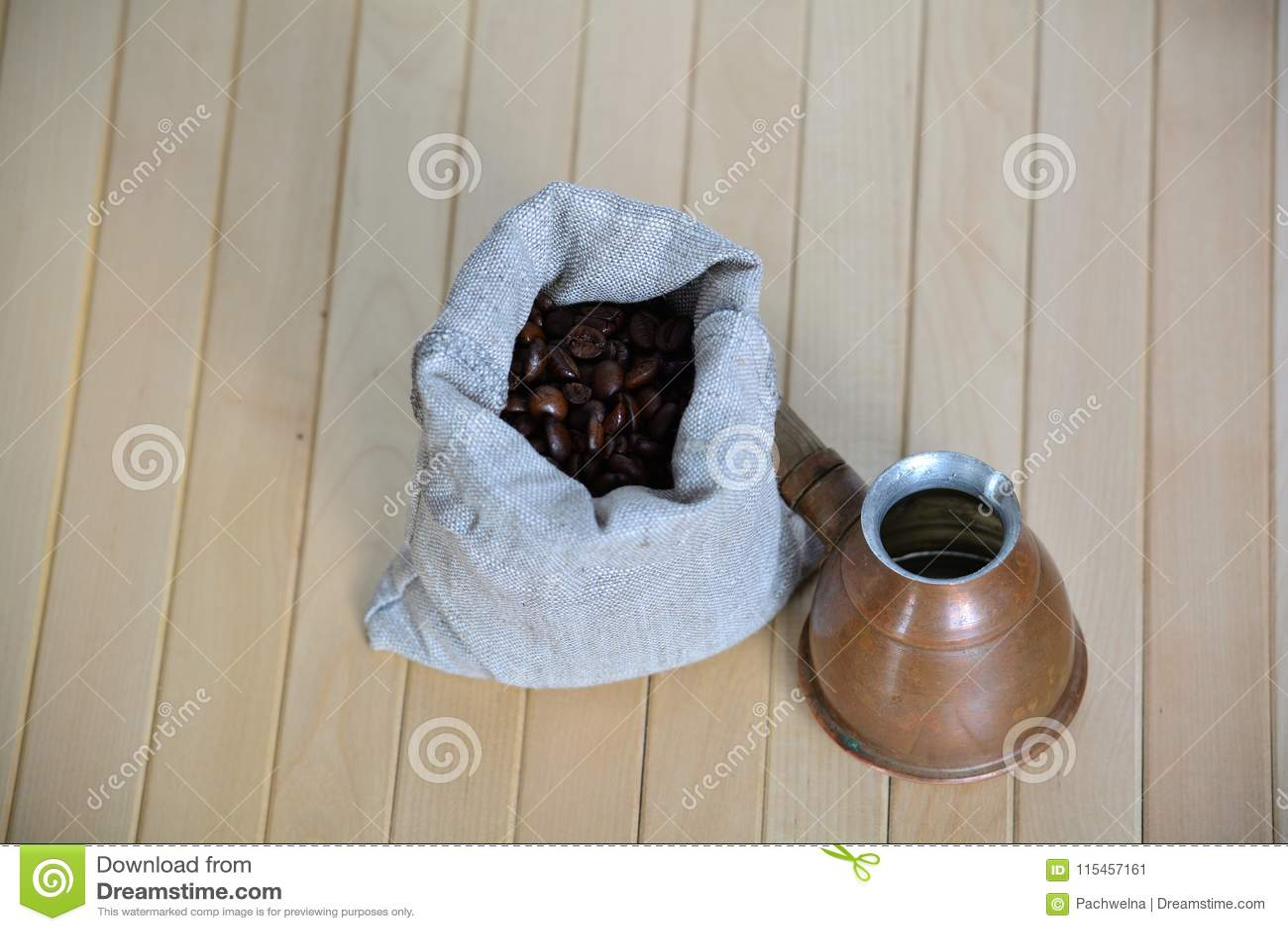Σακούλα των φασολιών καφέ με ένα τουρκικό δοχείο παρασκευής