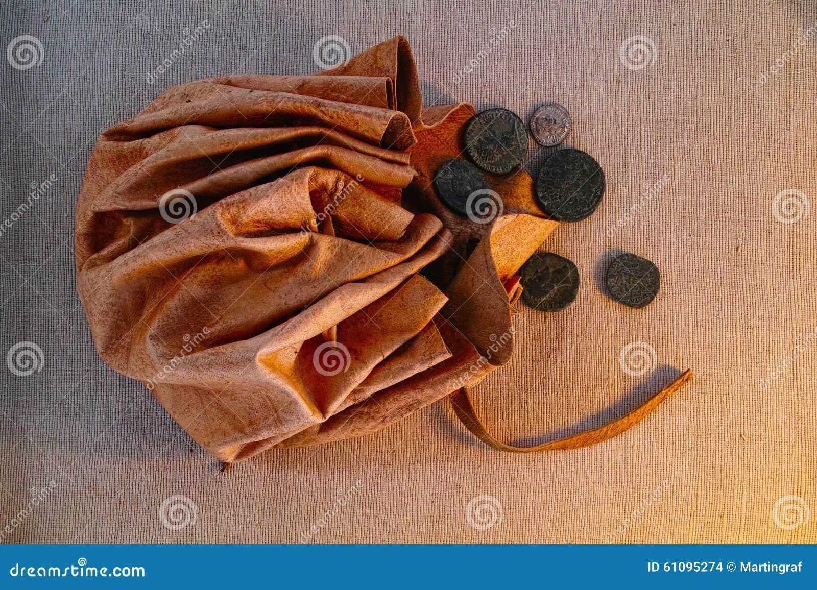 Σακούλα δέρματος με τα αρχαία ρωμαϊκά νομίσματα