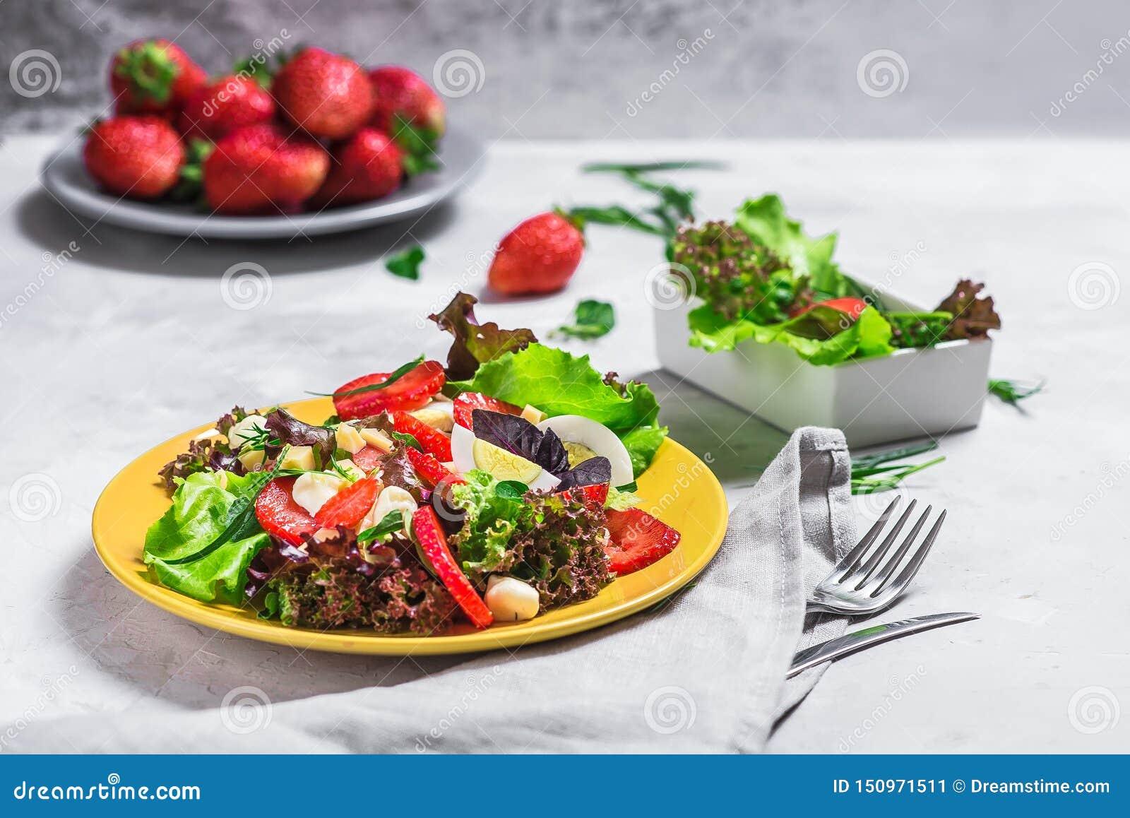 Σαλάτα από τη φράουλα, τυρί Σαλάτα σε ένα κίτρινο πιάτο