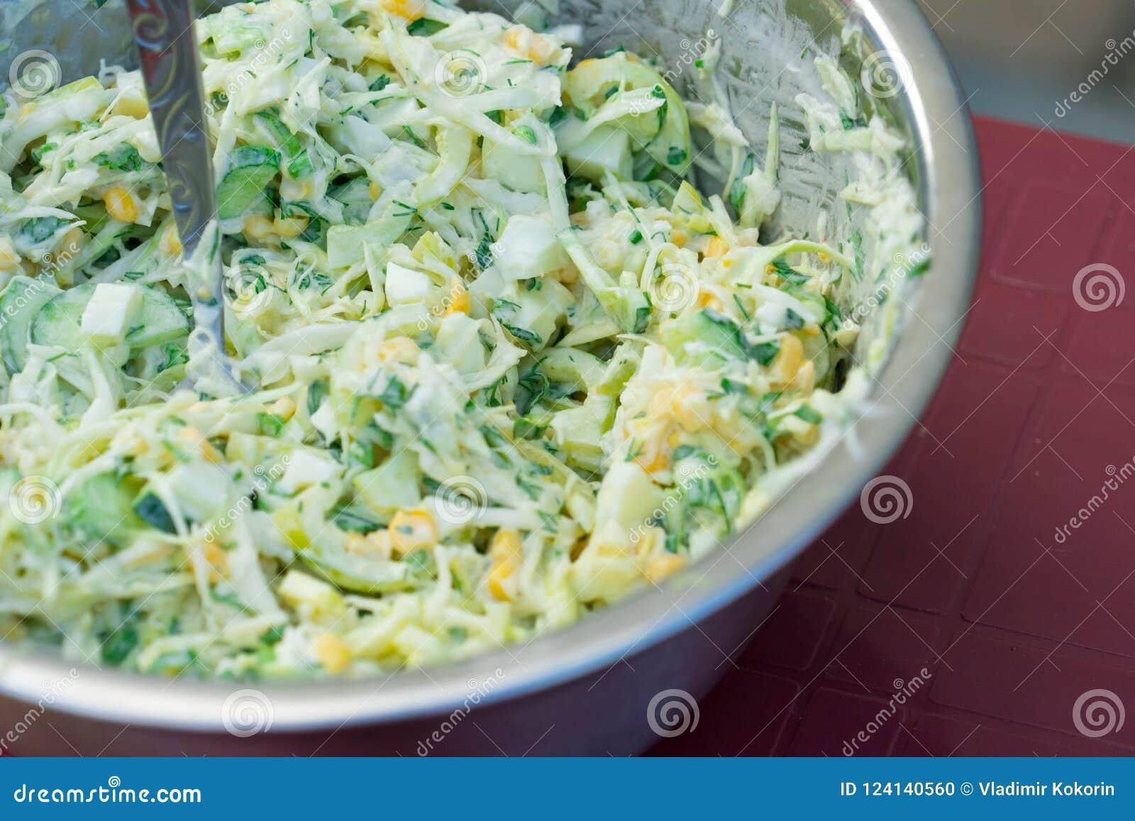 Σαλάτα λάχανων με το καλαμπόκι και τα αγγούρια Νόστιμος και υγιής