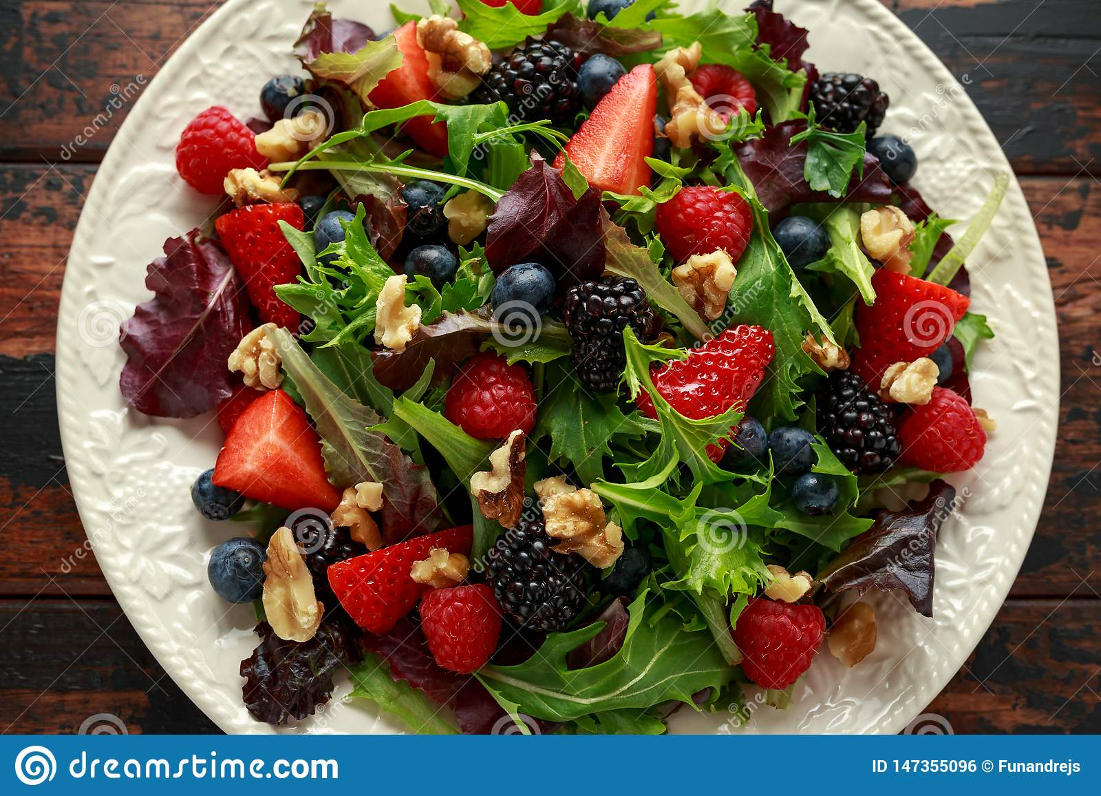 Σαλάτα νωπών καρπών με το βακκίνιο, το σμέουρο φραουλών, τα ξύλα καρυδιάς και τα πράσινα λαχανικά υγιή θερινά τρόφιμα