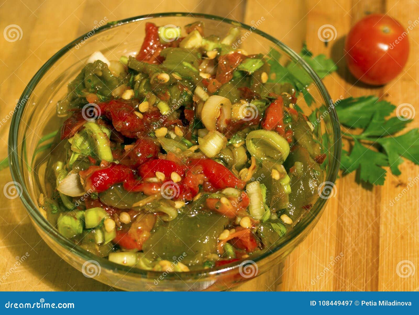 Σαλάτα των ψημένων κόκκινων και πράσινων πιπεριών