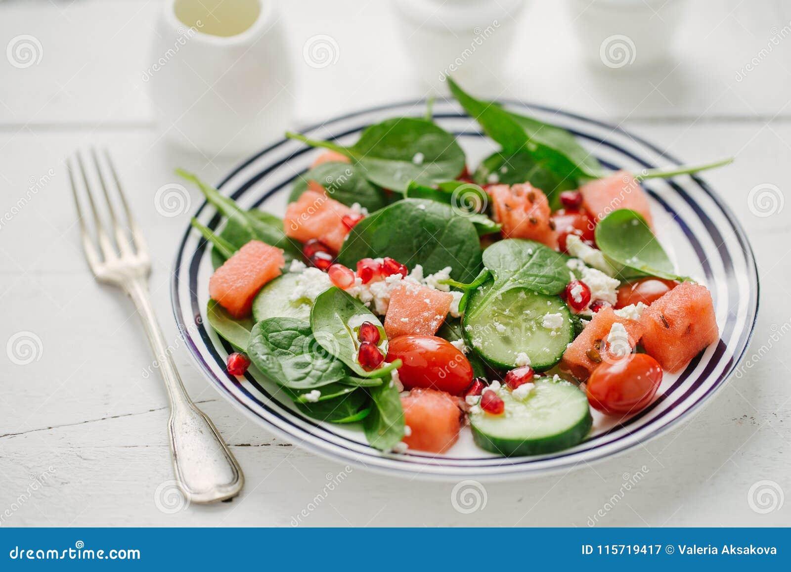 Σαλάτα φρούτων και λαχανικών στο πιάτο
