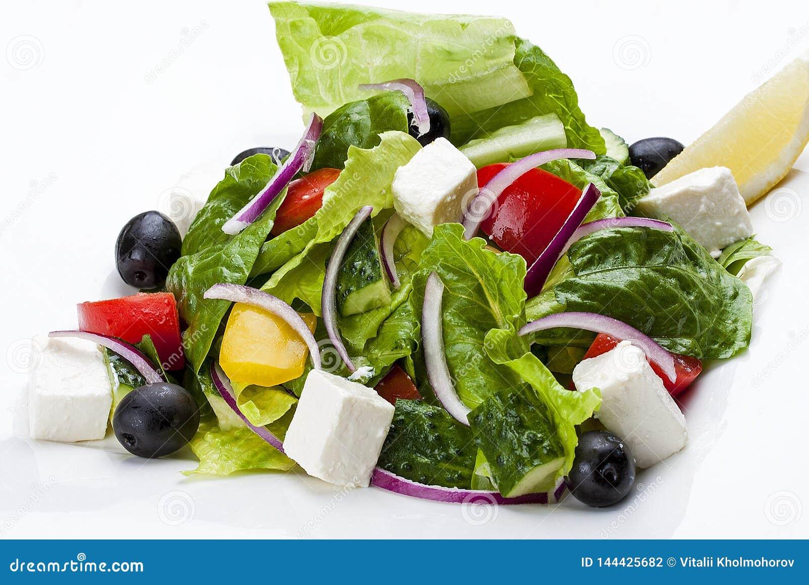 """Σαλάτα """"ελληνικά """"σε ένα άσπρο πιάτο"""