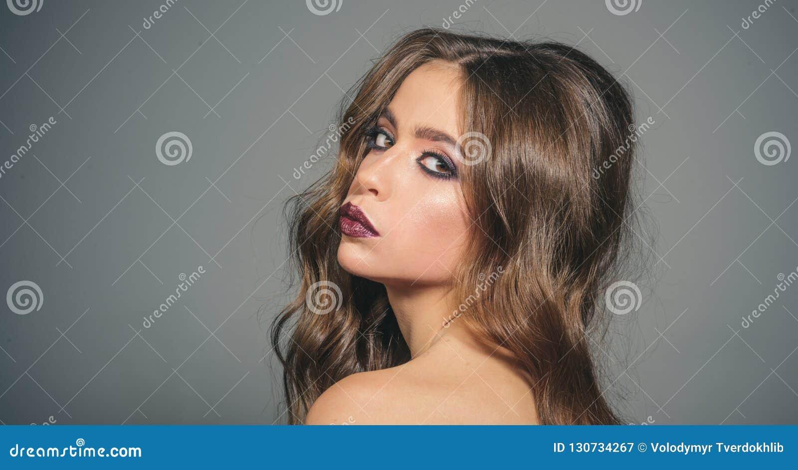 Σαλόνι και κομμωτής ομορφιάς κορίτσι μόδας με τη γοητεία makeup γυναίκα πορτρέτου μόδας γυναίκα με τη μόδα makeup και