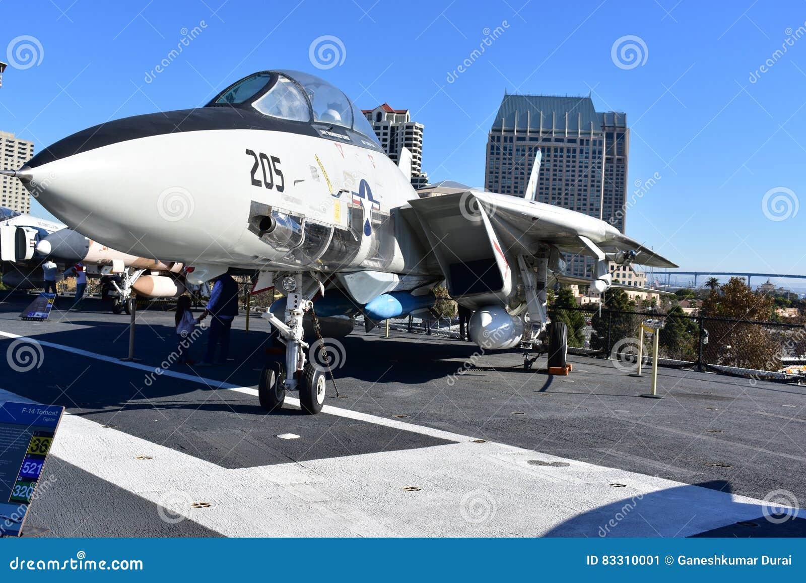 Σαν Ντιέγκο, Καλιφόρνια - ΗΠΑ - 04.2016 Δεκεμβρίου - ευρισκόμενο στη μέση του δρόμου μουσείο φ-14 USS μαχητής Tomcat