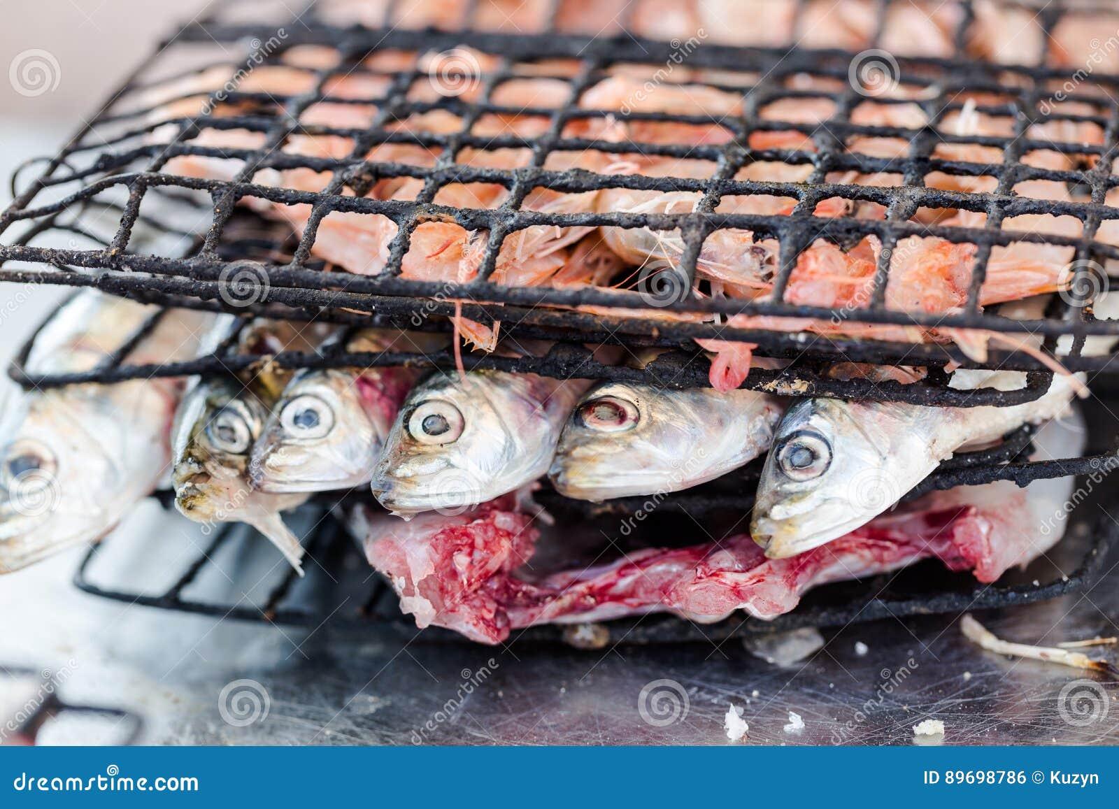 Σαρδέλλες που προετοιμάζονται για το ψήσιμο στη σχάρα στο bistro σε Essaouira που αλιεύει po