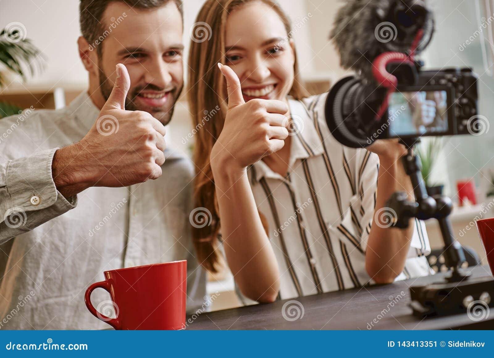 Σας αγαπάμε! Ζεύγος των εύθυμων bloggers και του χαμόγελου στη κάμερα κάνοντας ένα νέο βίντεο για το blog
