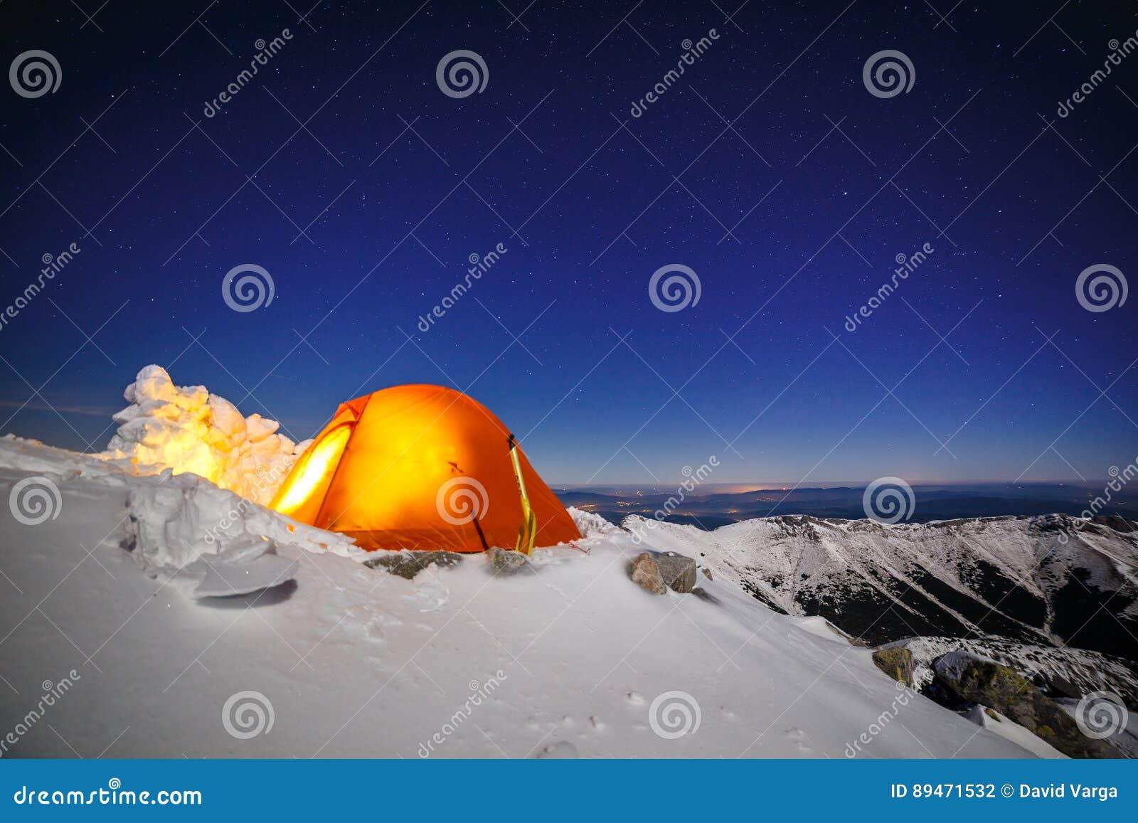 Σαφής ουρανός επάνω από την χιόνι-στρατοπέδευση σε Tatras