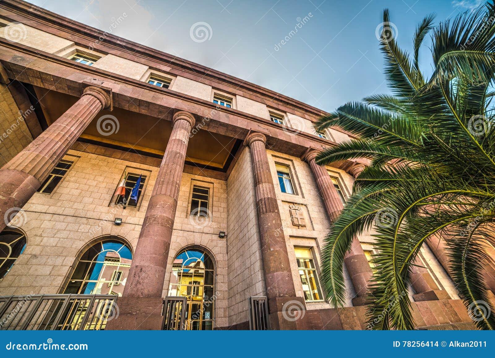 Σαφής ουρανός πέρα από το δικαστήριο Sassari