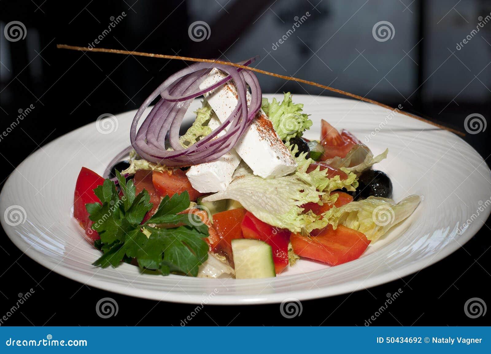 Σαλάτα με το τυρί, τις ντομάτες και τα πράσινα