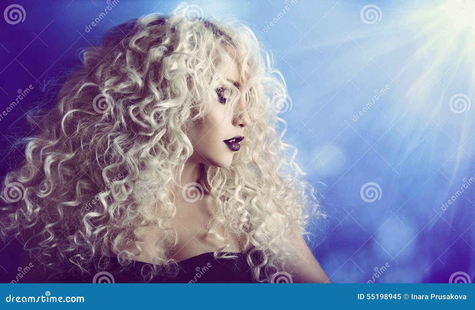 Σγουρή τρίχα, πορτρέτο προσώπου ομορφιάς γυναικών, πρότυπο κορίτσι μόδας με