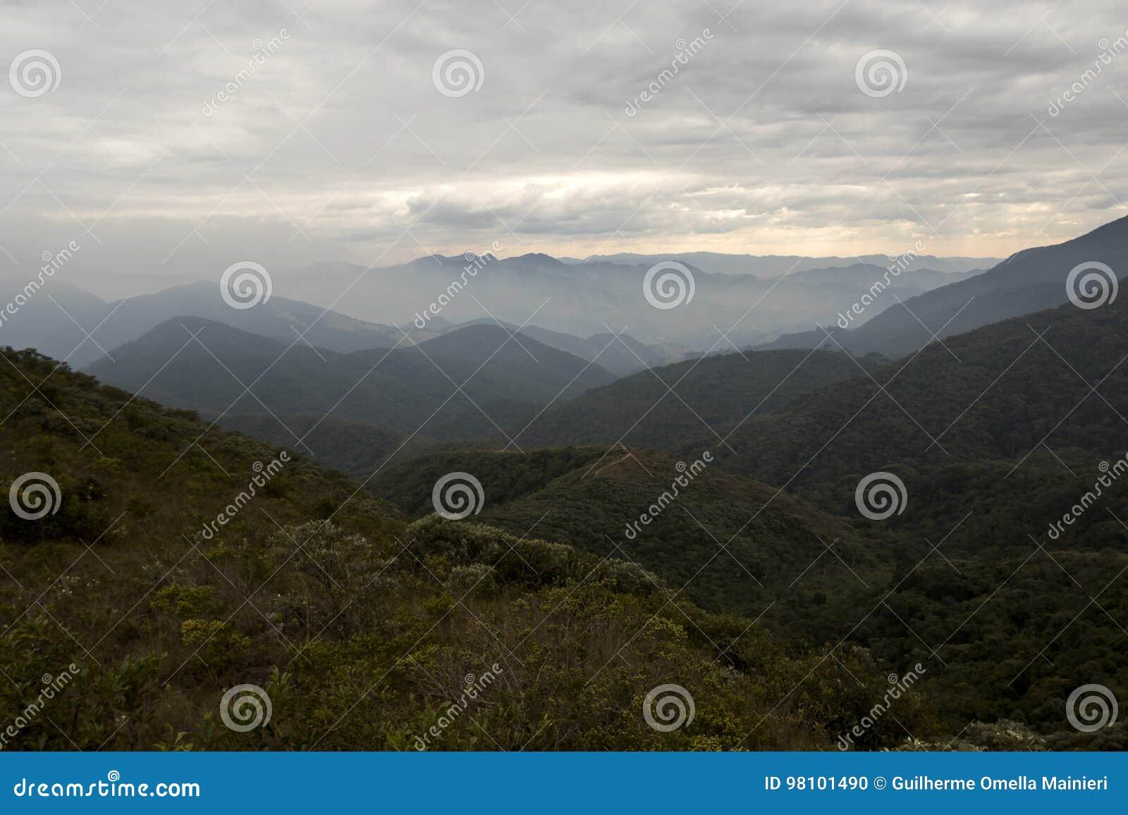 Σειρά βουνών fina Serra με τα σύννεφα το χειμώνα των gerais Βραζιλία του Minas οριζόντια