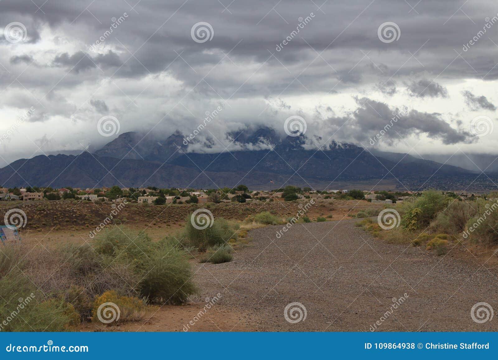 Σειρά βουνών sandia Νέων Μεξικό που βλέπει από το μαύρο φράγμα Αλμπικέρκη aroyo μια βροχερή θυελλώδη ημέρα