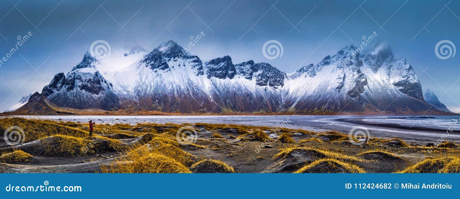 Σειρά βουνών Vestrahorn και πανόραμα παραλιών Stokksnes