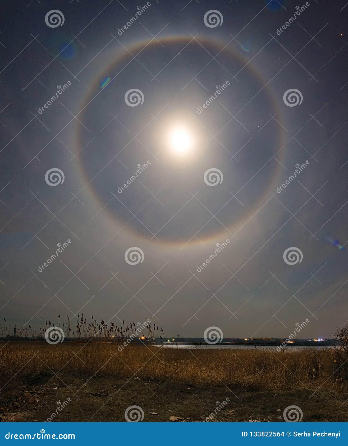 Σεληνιακός φωτοστέφανος πέρα από το τοπίο ricer Βλάστηση καλάμων Τοπίο φωτογραφίας νύχτας