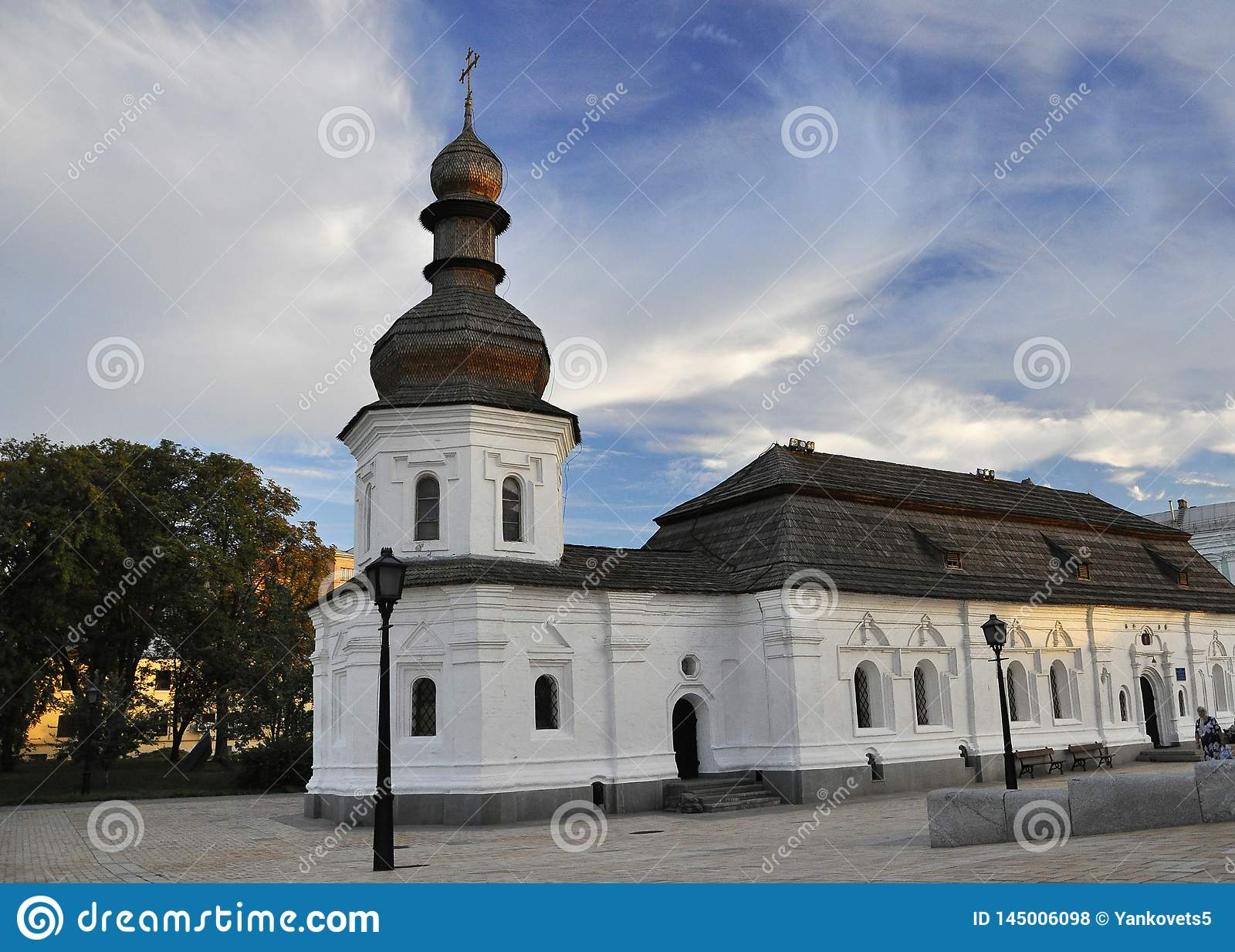 12 Σεπτεμβρίου 2010 - αρχαία ιστορική αρχιτεκτονική στο κέντρο του Κίεβου ενάντια στο μπλε ουρανό με τα άσπρα σύννεφα