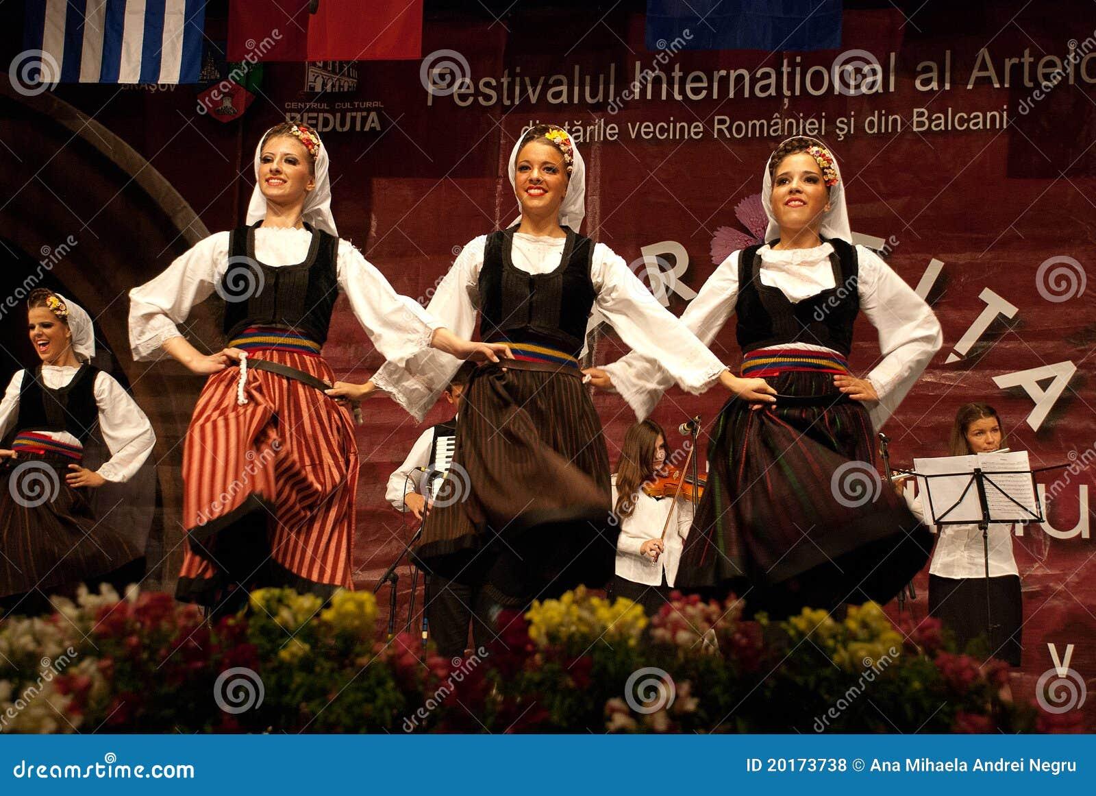 Σερβικοί λαϊκοί χορευτές γυναικών σε ένα φεστιβάλ
