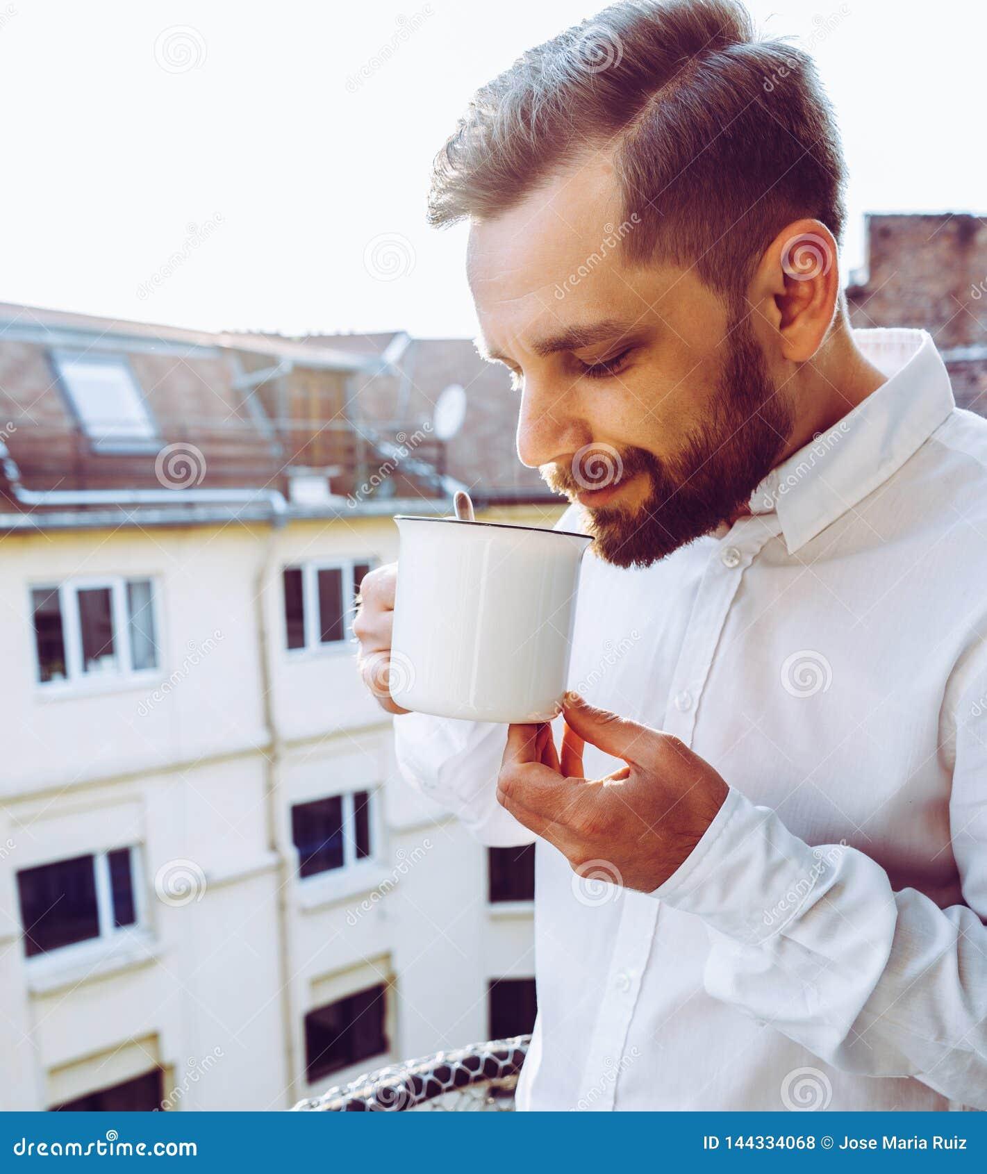 σερβιτόρος σε ένα μπαλκόνι που παίρνει μια κούπα του καφέ Όμορφος τουρκικός τύπος με την καφετιά αρκούδα