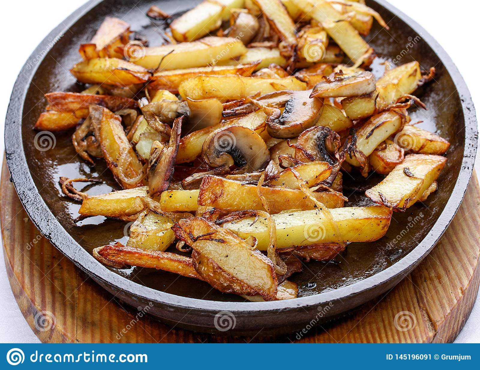 Τηγανισμένες πατάτες με τα κρεμμύδια και τα μανιτάρια