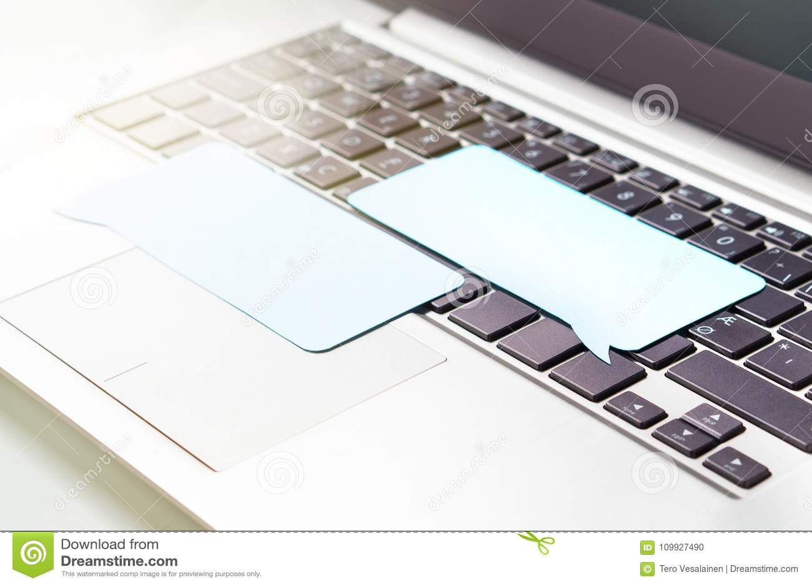 Σε απευθείας σύνδεση ανακοίνωση, που κουβεντιάζει σχετικά με τα κοινωνικά μέσα ή που σχολιάζει