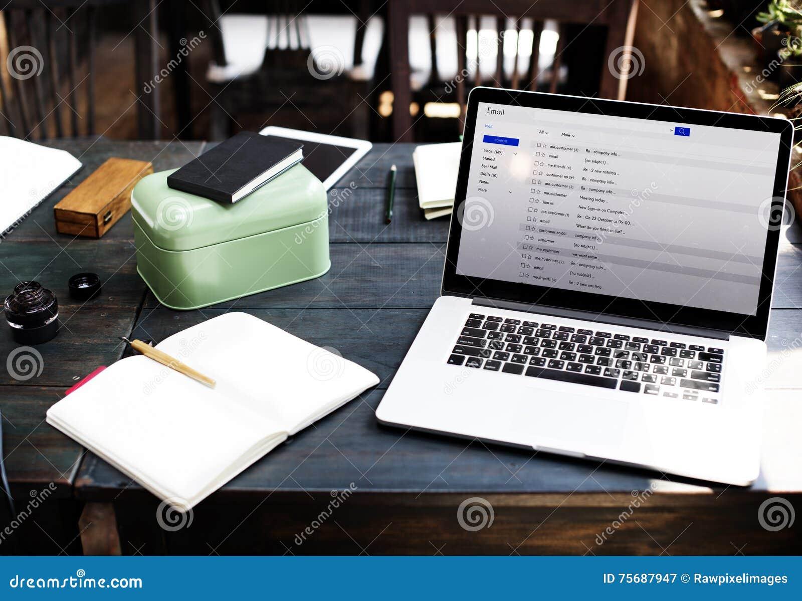 Σε απευθείας σύνδεση έννοια μηνύματος ηλεκτρονικού ταχυδρομείου αλληλογραφίας επικοινωνίας